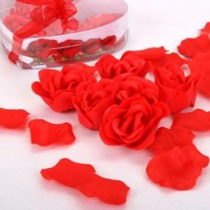 Romantické okvětní lístky růže